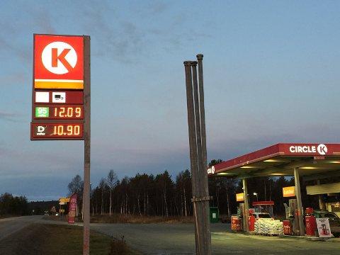 LAVE PRISER: Hos Cirkel K på Røros lå dieselprisen fortsatt godt under 11 kroner literen tirsdag morgen.