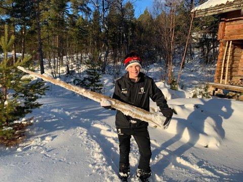 MEGALANG: Per Hagen Risberg (11) kom over denne istappen ved hytta på Savalen. Den er kun to centimeter kortere enn gutten sjøl.