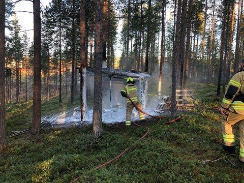 BRANN I GAPAHUK: Gapahuken stod i flammer da brannvesenet kom til stedet.