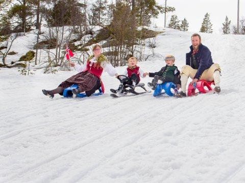 FAMILIEBEDRIFT: Jonas Johnsgård overtok Johnsgård Turistsenter etter sine foreldre i 2015, sammen med kona Monica, som kommer fra nabobygda Tufsingdalen. Barna Johan Melchior og Anders representerer neste generasjon.
