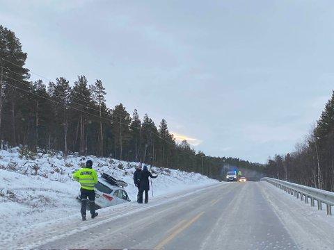 TRAFIKKUHELL: En personbil kjørte av veien sør for Høsøien onsdag. Det er svært glatt på stedet.