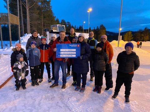 Fornøyd med starten: Gamle Furumoen barnehage sørget for en rivstart på innsamlingen til ny ismaskin. Tina Ellingsson overleverte en sjekk på 44 000 kroner til Oddbjørn Lund.