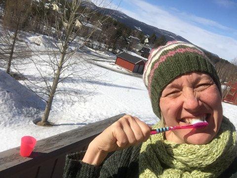 HYTTETANNPUSS: Lite slår tannpuss under åpen himmel. Puss tenner på balkongen! Sjølbilde: Tonje Hovensjø Løkken