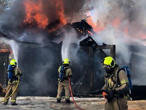 Brannvesenet kom til overtent hytte under oppføring tirsdag.