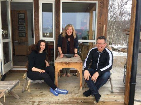 Programlederne Aina Sandnes Røste og Harald Hauge er i full gang med innøving til direktesending, godt hjulpet av Rulle Smit. Foto: Privat