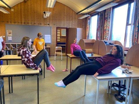 Elevene jobber med balanse og styrke i mage rygg og ben.