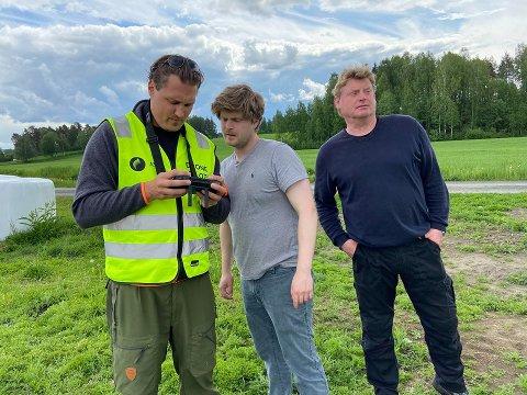 TESTING: Amund Grindalen (t.h) speider utover jordet mens sønnen Engebret Grindalen følger nøye med på skjermen til Nico Caprino.