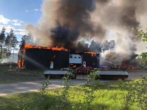 DRAMATISK:  Garasjebygget sto i full fyr og svart røyk veltet ut, før det knakk i to og brannmannskapene fikk brannen under kontroll sent søndag kveld.