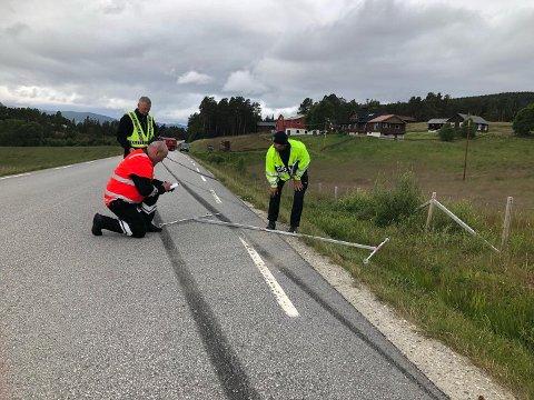 ULYKKE I FOLLDAL: En mann omkom i ei bilulykke i Folldal natt til søndag. Politiet etterforsker på stedet der ulykka skjedde i ei 60-sone på Krokhaug.