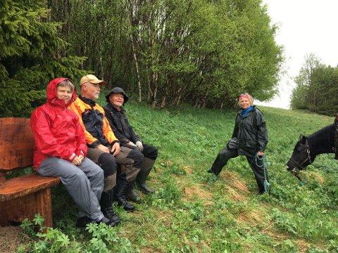 """Denne dagen fikk bygdekvinnelaget hjelp av to staute karer og """"Åkergampen"""" som hjalp dem å frakte opp den nyeste benken. F.v. Liv Trøan, Stein Kaasin, Thor Arne Rosten og Grete Storhaug."""