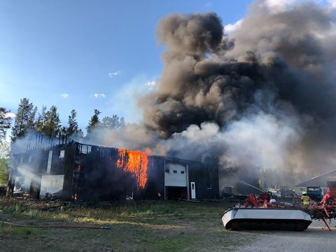 KLAPPET SAMMEN: Verken personer eller dyr ble skadet, men det store garasjebygget på Telneset nord for Tynset klappet etterhvert sammen i brannen.