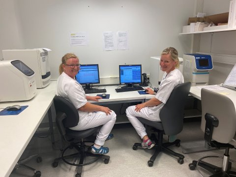 Lise Mette Mosand og Toril Storgjelten har det siste halve året hatt mange og lange dager innenfor sykehusets vegger. – Det har vært intenst og med høyt arbeidspress, sier de.