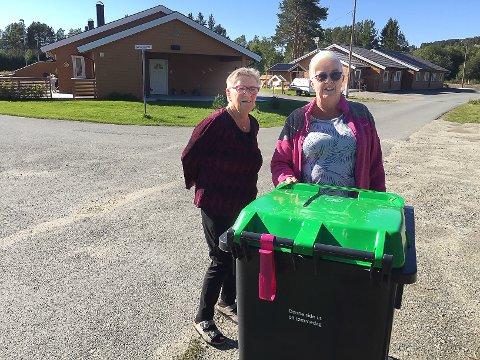 FÅR IKKE SVAR: - Når får vi klart svar på hva som skjer med søppelhentinga på Nørnesjordet, spør leder i velforeningen Ann Karin Høistad (t.h) og beboer Olga Nymoen.