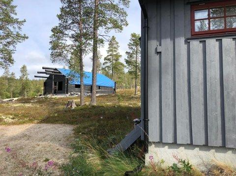 IRRITASJONSMOMENT: Den uferdige hytta med blå presenning på taket har stått uferdig i Renåfjellet i hvert fall i 10 år.