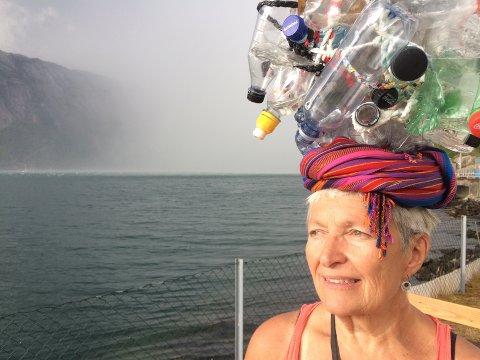 SAKTERE OG DYRERE MED TOG: Bildekunstner Agnès Btffn foretrekker å reise med tog. Etter at strekninger ble satt ut på anbud og delt opp, satser hun heller på fly.