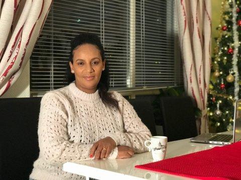 OVER KAFFEKOPPEN: Senaa Hailyu Tarfa sier hun drikker mye kaffe. - Jeg kommer jo fra et land der vi dyrker mye kaffe, Etiopia. Mange norske synes kaffen jeg lager er sterk, men det skal den være, smiler hun, som gjerne brenner kaffen sjøl.