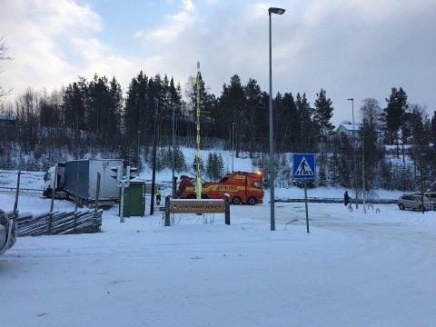 En semitrailer måtte berges vekk fra grøfta ved jernbaneovergangen i Tolga sentrum onsdag.