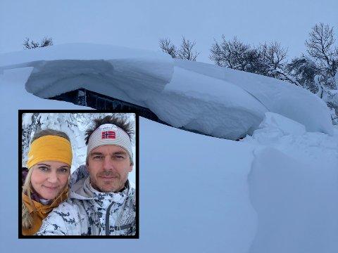 SNØ: Kong Vinter ønsket Elin Karlsen og Ole-Petter Sætre velkommen til hytta.