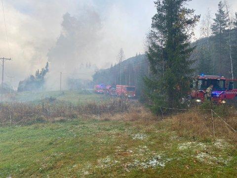 FULL OVERTENNING: Brannmannskaper jobber med å slukke brannen.