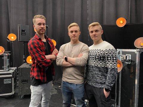 Roar Galaaen Bredalslien, Kristian Galaaen Bredalslien og Bendik Johnsen backstage under prøve. Foto: NRK