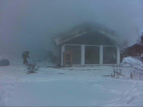 RØYK: Brannvesenet har fortsatt ikke kontroll på hyttebrannen på Atna.