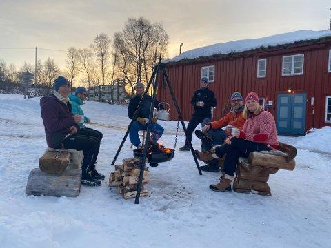 NYTER VILLMARKA: Sammen med venner nyter Kim-Yvonne Myrvang og Monica Olsen villmarkslivet i Femundsmarka.  Her avbildet utenfor hytta på Svukuriset.