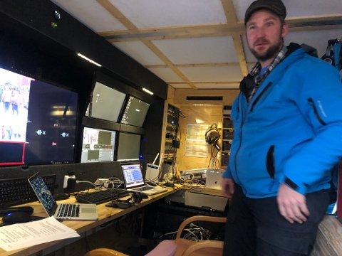 MOBIL: FjellTV har innredet en henger med produksjonsutstyr og kan ta oppdrag omtrent hvor det skal være bare det er dekningssignaler til sending. Her produsent Ola Dragmyrhaug under julemarkedsendinga for noen år siden.