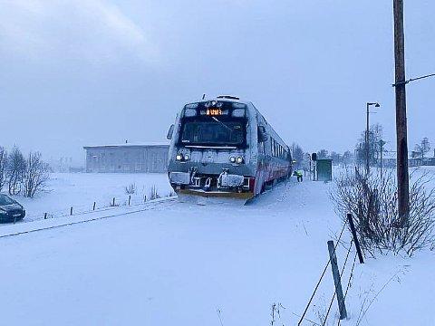 SPORET AV: Sørgående tog sporet av rett sør for stasjonen på Røros lørdag ettermiddag.