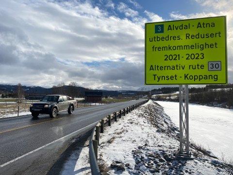 FEIL SKILTING: Flere steder langs riksveg 3, som her ved Motrøkrysset på Tynset har  Statens vegvesen satt opp disse informasjonsskiltene.