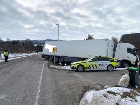 ULYKKESSTEDET: Riksveg 3 var stengt i lang tid etter dødsulykken på Kvikne natt til torsdag. Fredag frigjorde politiet navnet til den omkomne.