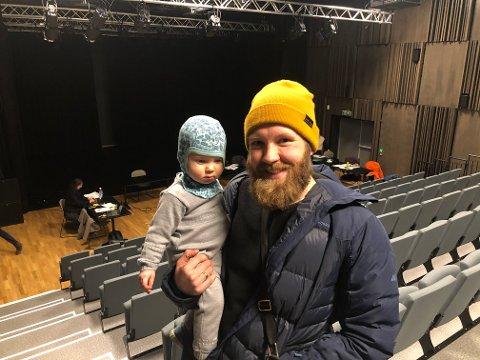 FÅR BYGGE: Pål Røhner med sønnen (1) på armen er glad for at han og familien får bygge hus på tomta de ønsker i Vingelen.