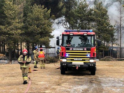 På plass: Brannvesenet på Alvdal rykket ut med alt de hadde, da hønsehuset ligger nær bolighus.