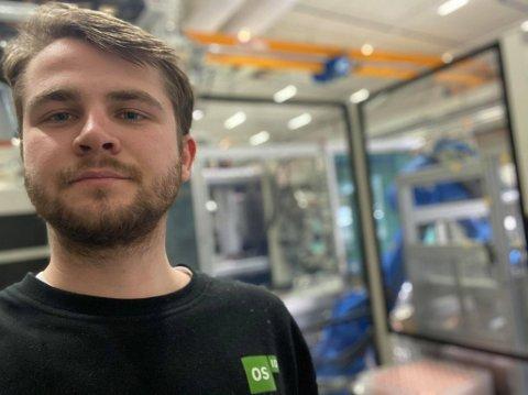 AUTOMATIKER: Arbeidshverdagen til Oskar Håkensen (20) består av feilsøk på maskiner og styrekretser. Fritiden tilbringes helst på motorcross-sykkel ellet snøskuter.