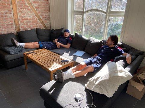 Samboere: Fram-spillerne Erik Nordengen (t.v.) og Andreas Breimyr deler leilighet på Langestrand. Gutta trives på sofaen før og etter lange dager med jobb, studier og trening.