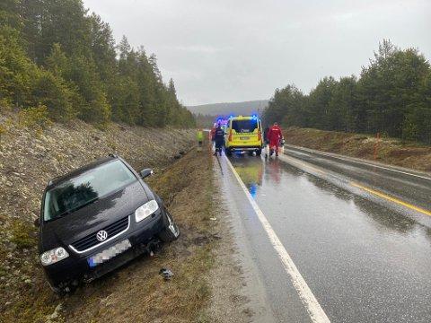 I GRØFTA: En bil med fire personer kjørte av veien på fv. 30 i Tolga onsdag ettermiddag
