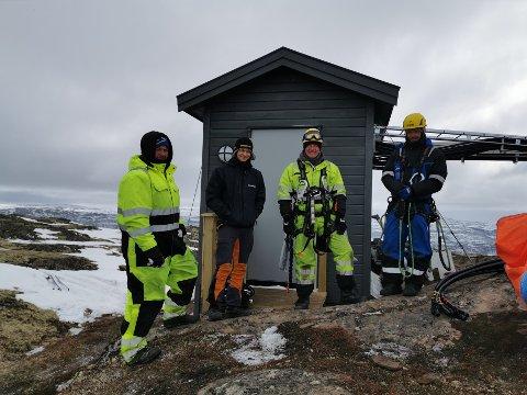 Det var Nessetmast AS som utførte det praktiske arbeidet for Telia på Skarvan. Firmaet har spesialisert seg på bygging av basestasjoner for mobil, og de har base i Eresfjord i Møre og Romsdal. På bildet ser du fra venstre Johnny Mareno Strøm, Sindre Kavli Hammervold, Daniel Sæther og Tore Sørengen.