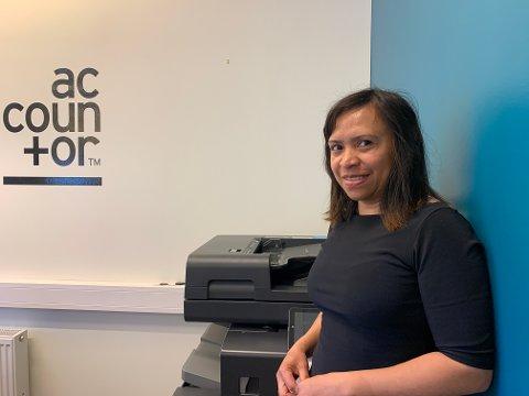 REGNSKAP: Marilyn Gjelten jobber på kontoret til Accountor på Røros.