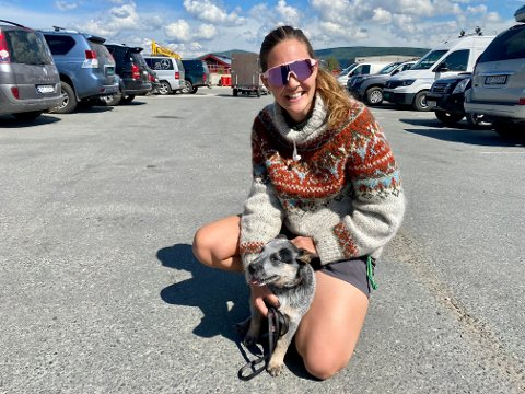 SJELDEN TYPE: Maren Løken og 11 uker gamle IFA er litt av et lag. Hunden er av rasen Australian cattledog med aner fra både australsk kelpie og dingo, og kom til Tynset fra Sverige.