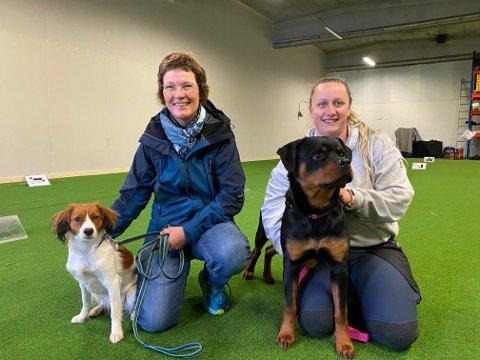 BJEFF: Med innendørs hall åpnes det for helt nye muligheter for Røros hundeklubb. Fra venstre Tove Bøgseth og Trine Aspås Krog.