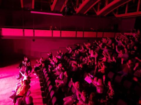 Publikum: Slenger seg med og synger.