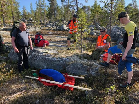 REDDET: Røde Kors laget båre og bar hunden Odd ut av Femundsmarka. Til venstre Hallvar Neby. Nummer to fra høyre Roar Dahlen.