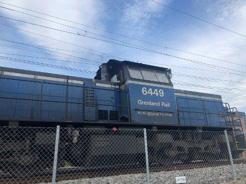SPORET AV: Et lokomotiv fra Grenland Rail sporet av på Rørosbanen i fjor sommer.