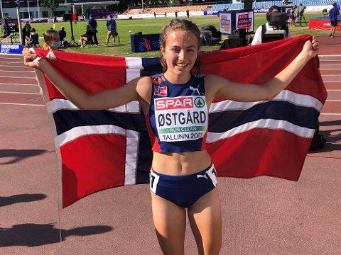 Ingeborg Østgård med det norske flagget rundt seg etter å ha blitt europamester i Tallinn!
