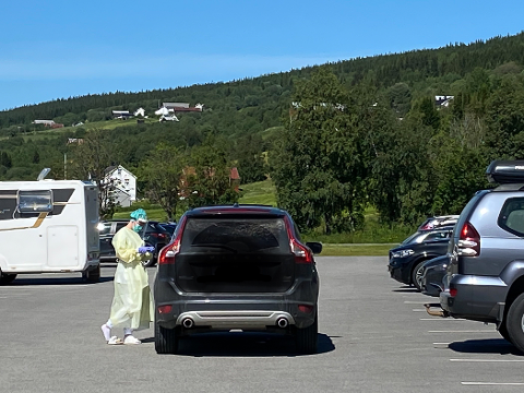 tESTER: Utenfor legesenteret i Ålen gikk det radig med testingen etter det store smitteutbruddet 1. juli. Dette er fredag formiddag. Helsepersonalet har fine arbeidsforhold i finværet og bilkøa ble effektivt håndtert.