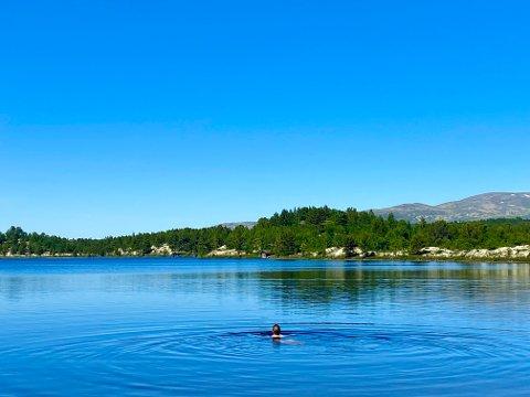 BADER: Badenymfe i Hodalssjøan i tidligere i sommer. 20 grader pluss i vatnet og enda flere i lufta.
