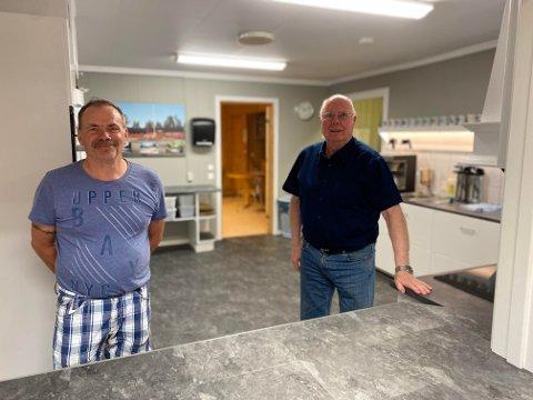 NYTT KJØKKEN: Vaktmester og utleier Ingar Eide og Per Kristian Bangen er endelig ferdig med det nye kjøkkenet. Totalkostnaden var på rundt 90 tusen.