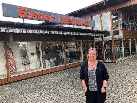 LEGGER NED: Det er flere årsaker til at Ester Hektoen stenger dørene etter 83 års butikkdrift på Tynset. Ester Lill Hektoen takker kundene gjennom mange år.