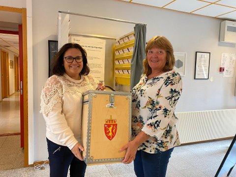 FORHÅNDSSTEMMING TOLGA: Live Mestvedthagen Ryen til venstre og Kari S. Jordet har lagt godt til rette for at tolgingene kan forhåndsstemme.