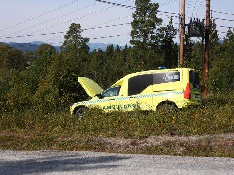 PÅKJØRT: En ambulanse under utrykning ble ifølge politiet påkjørt av en annen bil i Dalholen mandag ettermiddag.