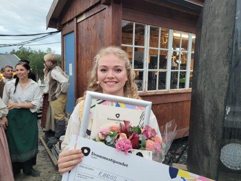 VINNER: Tildelingen av Drømmenstipendet til Tiril Sophie Randen Ramberg ble markert under årets siste Elden-forestilling.